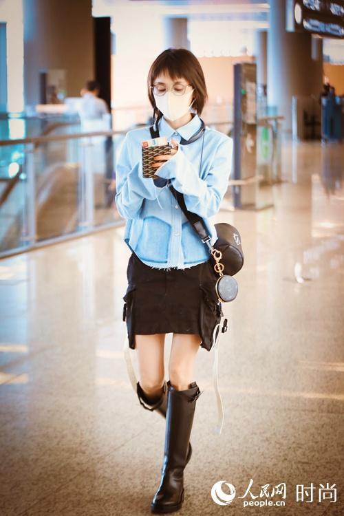 王子文现身上海机场 我又被她背的Dior小牛皮包种草啦