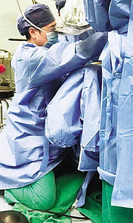 新加坡金沙娱乐开户:为达到最佳手术效果_六旬医生一跪3小时做手术