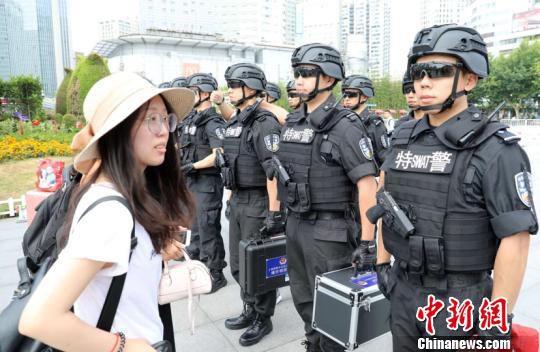 """""""战鹰突击队""""队员向旅客展示武器装备和搜排爆装备。(作者 供图 申海)"""