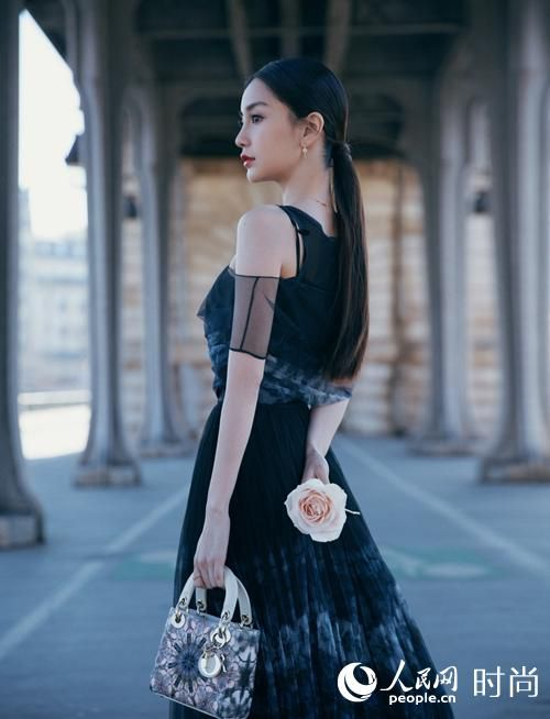 Angelababy亮相时装周 身着薄纱裙美过仙女