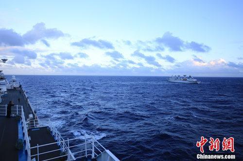 在远望7号的甲板上遥望远望3号,两艘测量船将合作执行任务。韩帅 摄