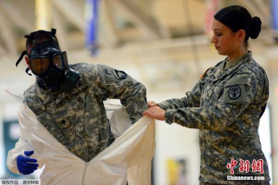 当地时间10月9日,美军传染病医学研究所,美国101空降师的士兵正在学习预防埃博拉病毒的相关知识。美国军方目前正加强应对西非埃博拉疫情蔓延现象,这支空军队伍即将到利比里亚、塞拉利昂等国支援当地的疫情控制。