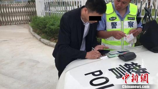 图为:司机接受处罚。台州高速交警供图