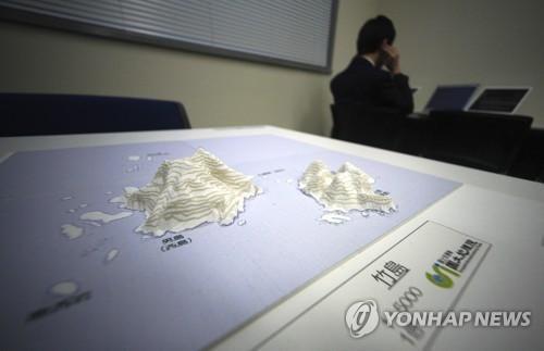 """日本""""领土和主权展示馆""""上展出的独韩日争议岛屿第三维地图。(图片来源:韩联社)"""