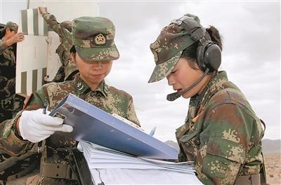 2012年8月,时任女子导弹发射连指导员的陈勤(右),担任发射指挥长,成功将导弹送上蓝天。