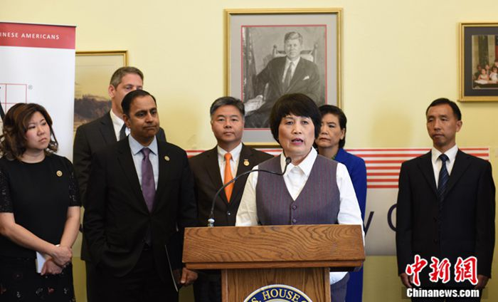 当地时间5月23日,美国华裔科学家陈霞芬在国会召开新闻发布会,要求美国商务部为她所遭受的不公道歉。30名美国国会议员联名致信商务部表示关切,赵美心等国会议员和多个华裔社团到现场支持。图为陈霞芬发言。 邓敏 摄