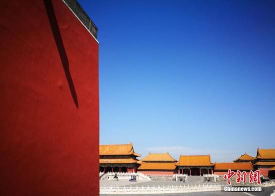 """9月18日,北京持续高能见度好天气。近日京城上空的灰色被弱冷空气吹散,恢复了蓝天白云的""""高颜值""""。预计本周,北京天空的""""颜值""""将一直持续,但早晚温差较大。<a target='_blank' href='http://www.chinanews.com/'>中新社</a>记者 杨可佳 摄"""