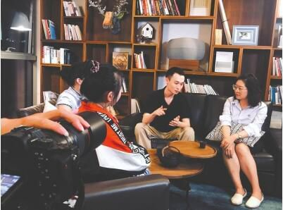 潘云(右二)和入驻共享工作空间的伙伴交流心得体会。