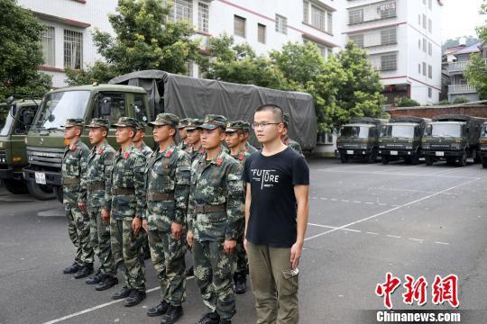 """衡东抗洪现场""""请战""""退伍大学生封有为参与救援。 黄开彬 摄"""