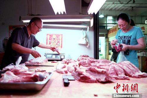 资料图:民众购买猪肉。<a target='_blank' href='http://www.chinanews.com/'>中新社</a>记者 张远 摄