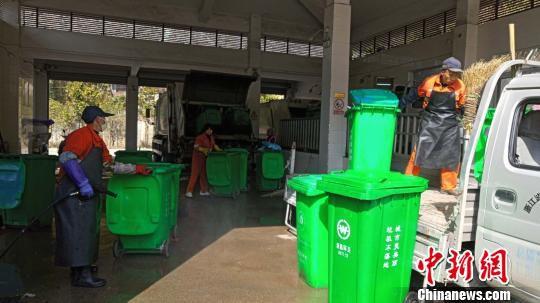 在垃圾中转站工作的环卫工人 遂昌宣传部提供