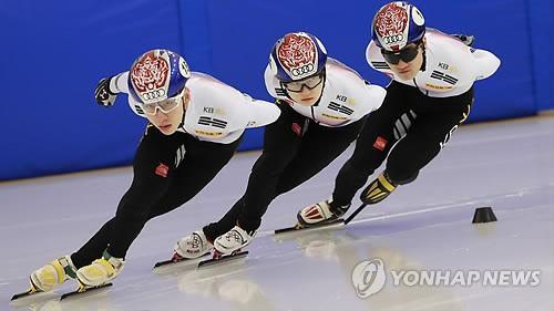 1月10日,在镇川选手村,短道速滑代表队正在训练中。(图片来源:韩联社)