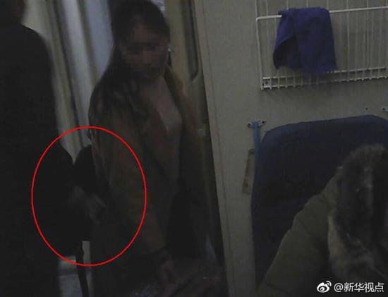 惯偷在火车上秒偷手机 被抓后感叹:又要在监狱过年