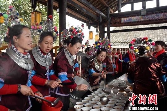 侗族姑娘用油茶款待回乡的客人。 龚普康 摄