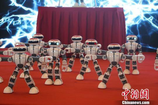 机器人现场秀舞 赵强 摄