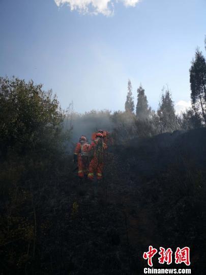图为森林消防员正在清理烟点。云南省森林消防总队昆明支队供图