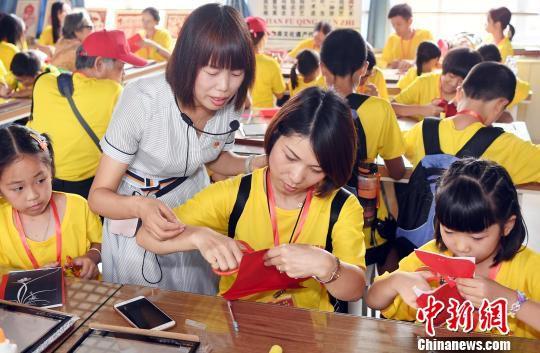 福清市石门小学老师为台湾营员上剪纸课。 记者刘可耕 摄