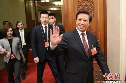 3月4日,十三届全国人大一次会议新闻发布会在北京人民大会堂举行,大会发言人张业遂就大会议程和人大工作相关的问题回答中外记者的提问。图为张业遂步入现场。 <a target='_blank' href='http://www.chinanews.com/'>中新社</a>记者 韩海丹 摄