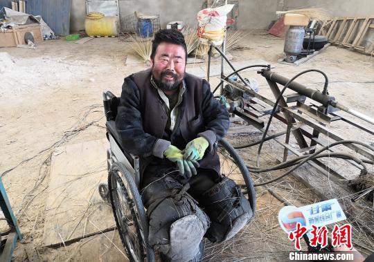 """图为王忠庆在自己的""""加工车间""""里接受记者采访。 魏建军 摄"""