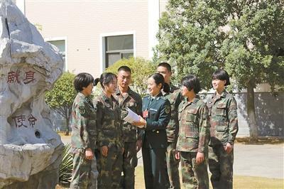 2017年11月,党的十九大代表陈勤为官兵宣讲党的十九大精神。
