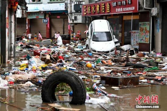 """7月11日,强台风""""玛莉亚""""带来的狂风暴雨导致福建省霞浦县牙城镇受灾严重,一片狼藉。当日上午9点10分前后,今年第8号台风""""玛莉亚""""在福建连江黄岐半岛沿海登陆,登陆时中心附近最大风力14级。<a target='_blank' href='http://www.chinanews.com/'>中新社</a>记者 王东明 摄"""