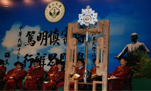 金沙娱乐澳门官网:稀奇!这所大学的学位授予权杖镶夜明珠及60颗翡翠