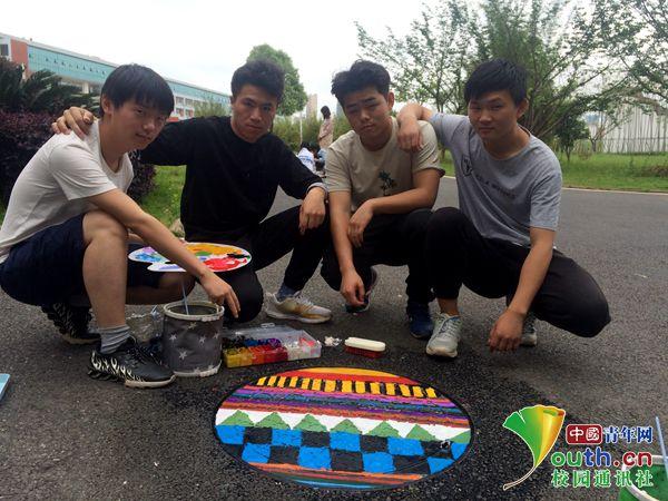 厉害了!江西高校学生给井盖涂鸦 满满的民族风