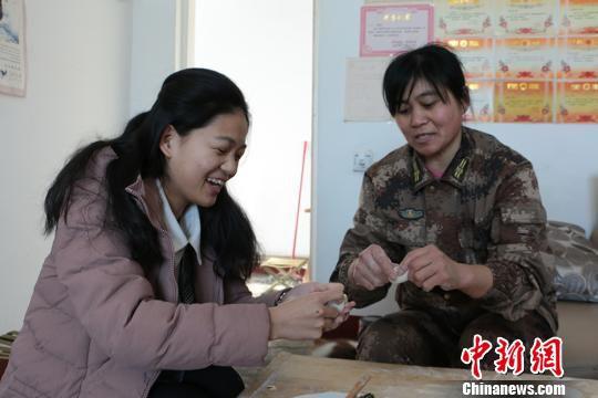 刘桂芝教寒假回家过年的女儿包饺子。 郝胜忠 摄