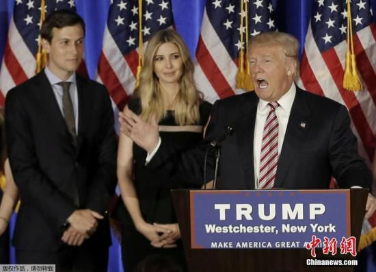 """资料图:当地时间2017年1月9日,美国候任总统特朗普宣布,任命其长女伊万卡的丈夫贾里德・库什纳为白宫高级顾问。特朗普说,这一职位将是政府中""""一个关键的领导角色""""。图为2016年6月7日贾里德・库什纳(后排左)与伊万卡(后排右)在美国纽约出席特朗普竞选活动的资料照片。"""