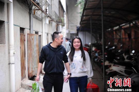 赵云鹏和妻子恩爱有加。 蒋雪林 摄