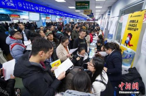 2018年2月,山西太原举办新春大型招聘会,吸引了近万名求职者前来应聘。 <a target='_blank' href='http://www.chinanews.com/'>中新社</a>记者 韦亮 摄