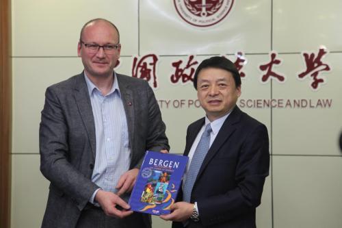 马怀德资料图(图右)。图片来源:中国政法大学