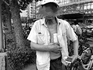 老人被线缆绊倒,导致身体多处受伤。图片来源:北京晨报 张静姝/摄