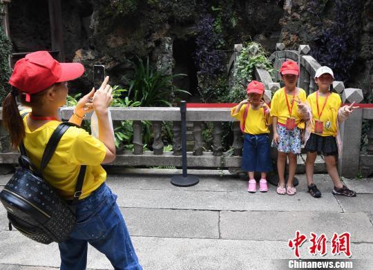 三位台湾小营员在福州三坊七巷黄巷小黄楼内留影。 记者刘可耕 摄