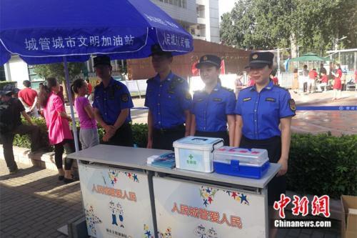 城管人员在考场外搭建了服务站。 中新网记者 张尼 摄