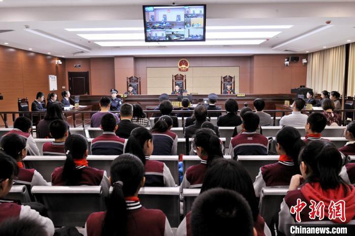 图为学生观摩反校园欺凌模拟法庭庭审。 崔琳 摄