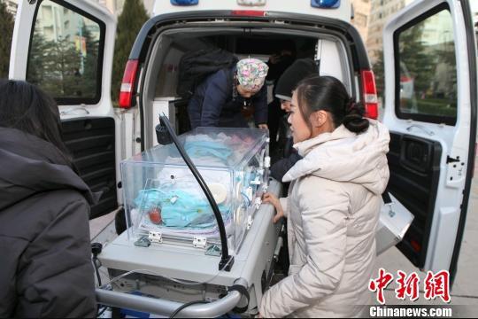 图为患儿被救护车快速转运至甘肃省妇幼保健院进行抢救。 张旭 摄