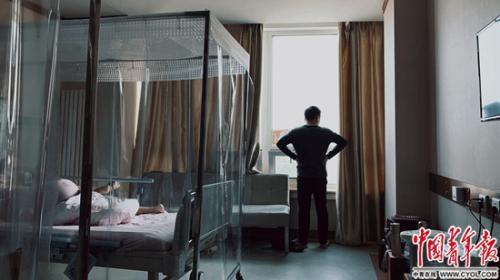 病人家属在医院病房 程盟超/摄 图片来源:中国青年报
