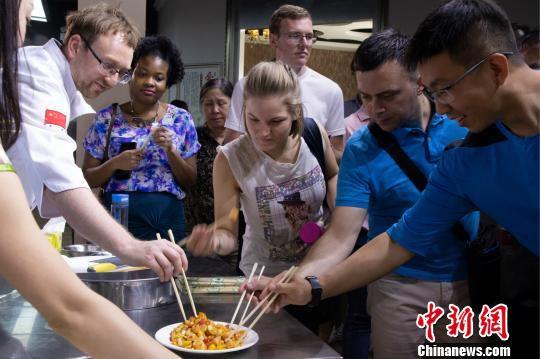 外国专家品尝中国菜 额丽其格 摄