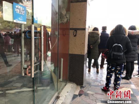附近居民楼下商户大门上锁,人员已经撤离。 张传明 摄
