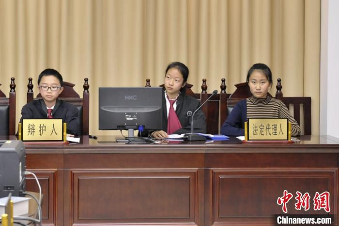 图为反校园欺凌模拟法庭庭审现场。 张江山 摄