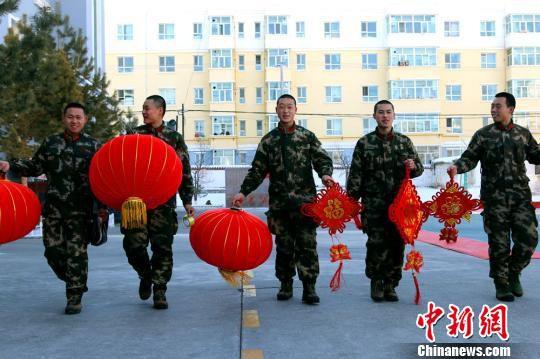 2月14日,边防官兵们正在准备装饰营区迎接新年。 王友波 摄