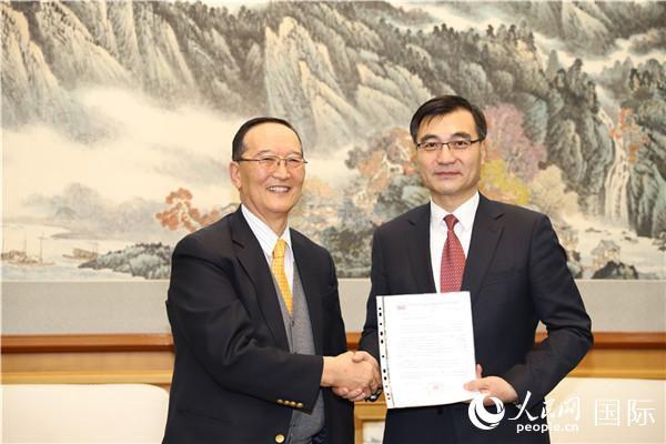 2月18日,中国驻蒙古国大使柴文睿接受蒙方捐款。(左为蒙中友协主席巴特苏赫)