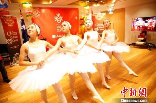 当地华人儿童表演芭蕾舞。 罗小红 摄