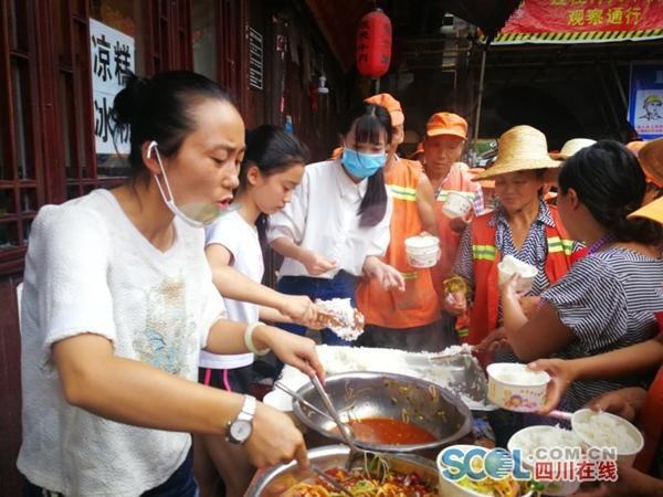 北京赛车计划app:洪水无情人有情_四川一餐馆为抗洪军民提供免费餐食
