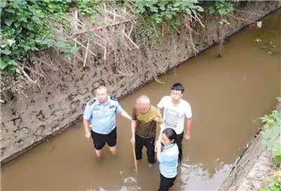 重庆时时彩9.7倍玩法:警民携手激流中救起老人
