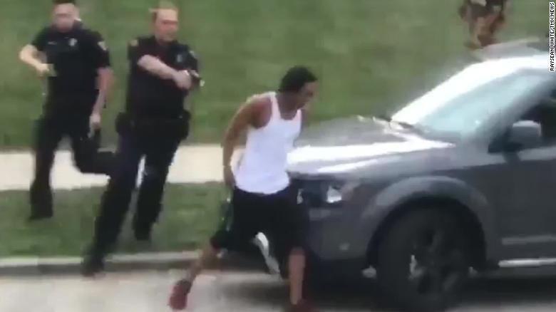 病床 遭美警连开7枪黑人被铐在病床上 家属斥:他瘫痪了能去哪?