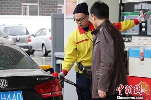 资料图:一加油站内,车主排队加油。<a target='_blank' href='http://www.chinanews.com/'>中新社</a>记者 于琨 摄