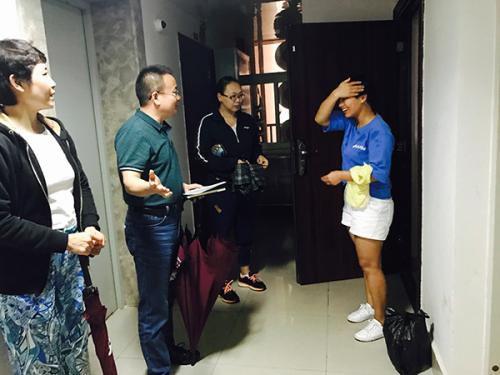 督察组成员正在进行公众调查环节的上门回访工作。本文图片 澎湃新闻记者 李��