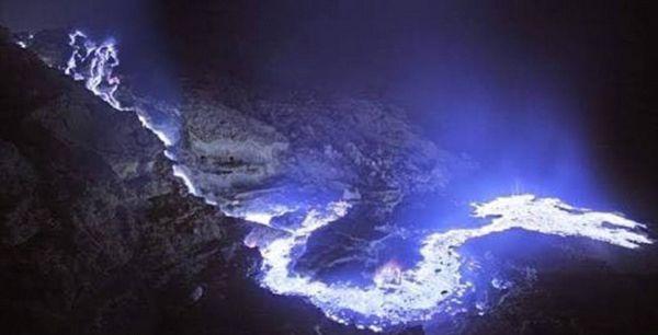 9彩彩票官网:印尼一火山喷出罕见蓝光点亮夜空引游客围观